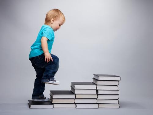 Menino-subindo-pilha-de-livros (500x376, 82Kb)
