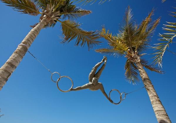 парящие в воздухе скульптуры