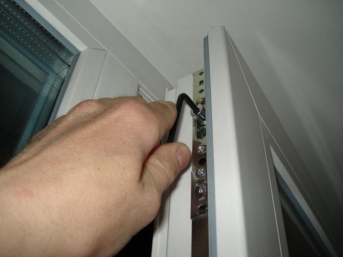 3256587_Kak_otregylirovat_plastikovyu_balkonnyu_dver (700x525, 205Kb)