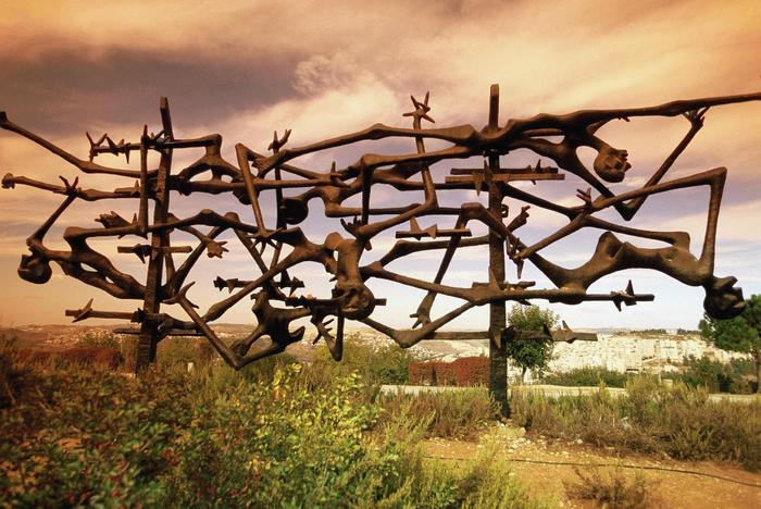 Yad_Vashem_Holocaust_Museum_Sculpture (700x468, 499Kb)