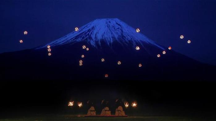 a-gorgeous-display-of-illuminated-drones-dancing-to-live-music-at-the-base-of-mount-fuji-at-night_1 (700x393, 13Kb)