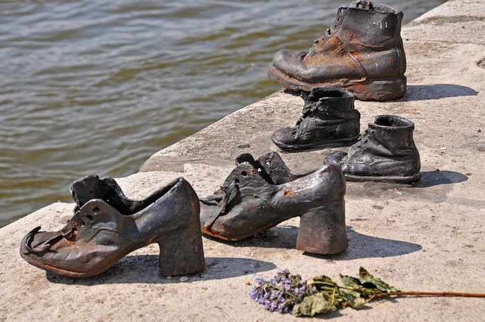 shoes-on-danube-6 (700x465, 249Kb)