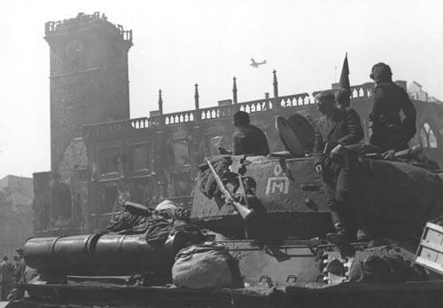 01 Бойцы_Красной_Армии_вступили_в_Прагу._Май_1945_года (500x347, 72Kb)