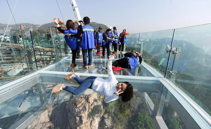 стеклянная смотровая площадка в китае 4 (700x429, 387Kb)