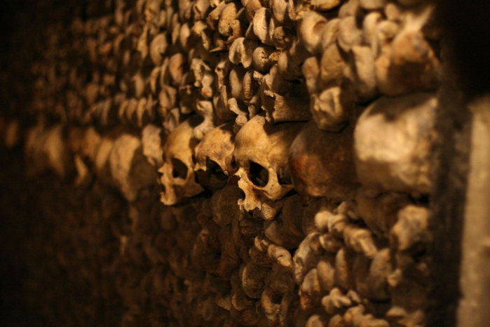 katakomby-parizha-kladbische-pod-nogami-10-foto_2 (700x466, 348Kb)