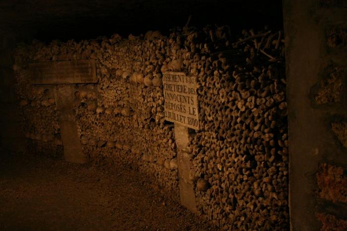 katakomby-parizha-kladbische-pod-nogami-10-foto_4 (700x466, 385Kb)