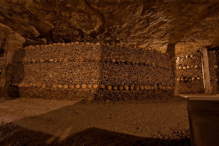 katakomby-parizha-kladbische-pod-nogami-10-foto_10 (700x466, 444Kb)
