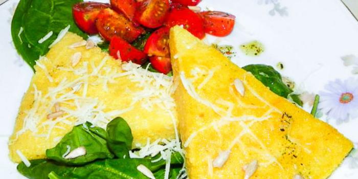 Полента со шпинатом и салатом из помидоров (700x350, 296Kb)