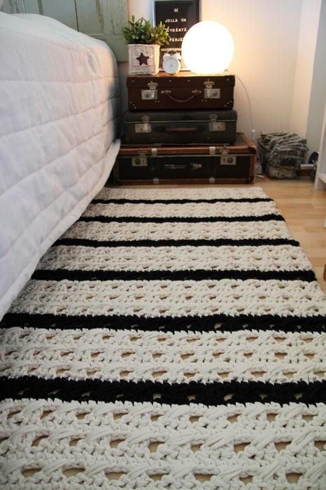 tapete-de-barbante-croche-no-quarto-ambiente-decorado-lista-preta-e-branca (466x700, 372Kb)