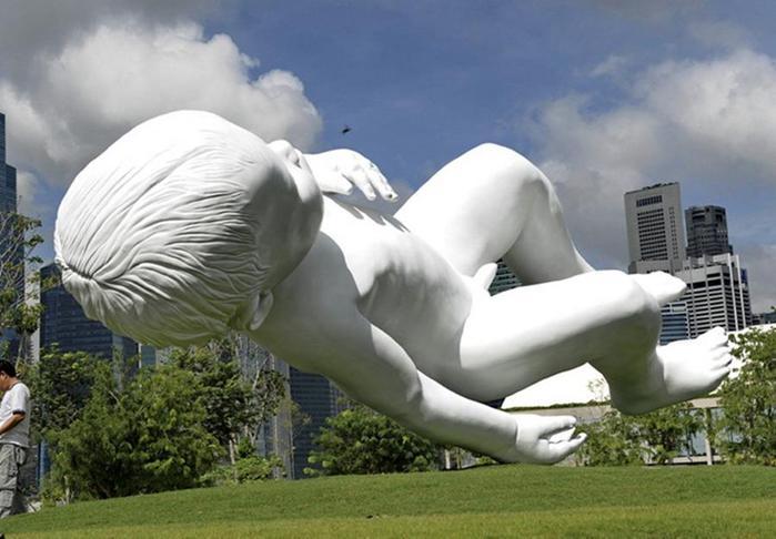 Марк Куинн - Парящая скульптура младенца