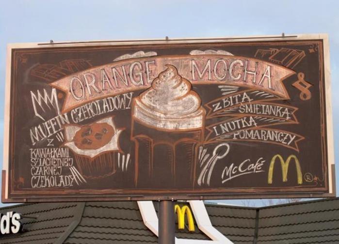 Рекламу McDonald's рисовали каждый день на меловом билборде