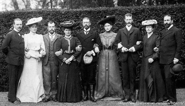 Рис.2.2.4.1 Четвертая слева - супруга Короля Великобритании Георга V (1865-19--), Виктория – Мария Гессенская (1863-19--) (700x401, 254Kb)