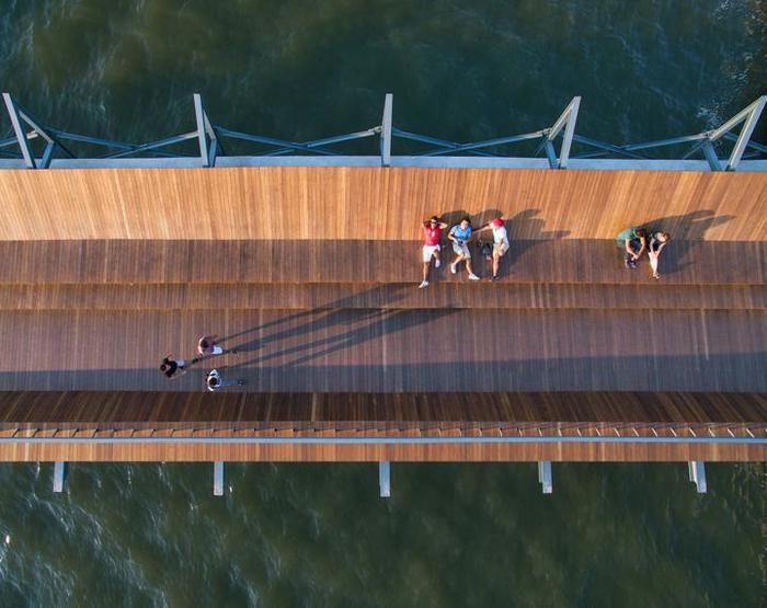 Деревянный мост и терраса, предназначенные для наслаждения красотой заката в Измире