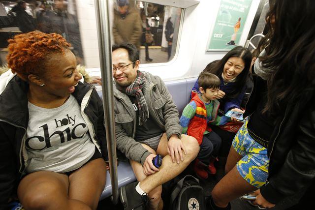 Сумасшедшая устроила душ в метро