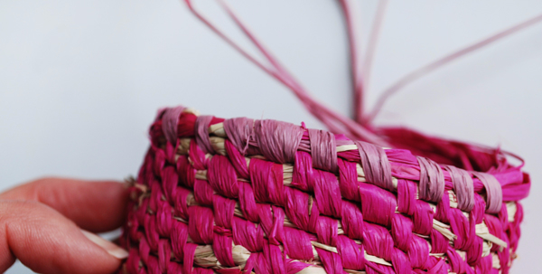raffia-woven-baskets-steps2a-via-we-are-scout (600x303, 202Kb)