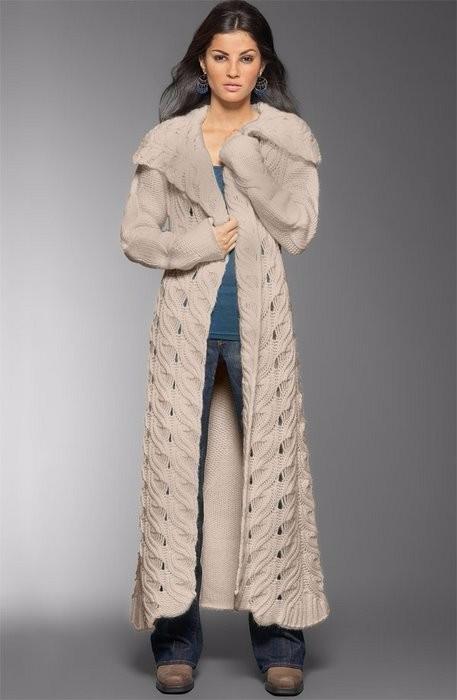Вязаное пальто спицами узором Перо