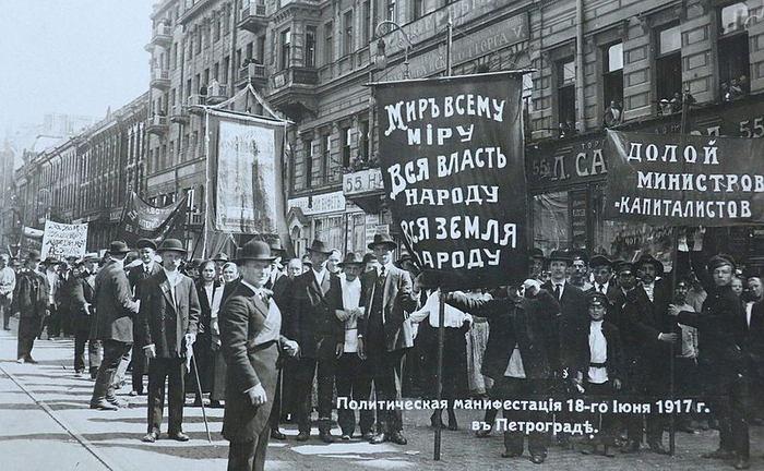 Political_demonstration_at_Petrograd,_18th_June_1917_(14264213940) (700x432, 333Kb)