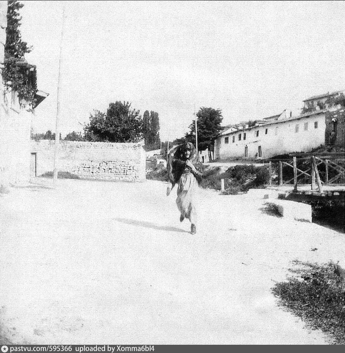 Улица в Бахчисарая, справа мост через реку Чурук-Су. 1916. Автор Боданинский, Усеин Абдрефиевич (684x700, 338Kb)
