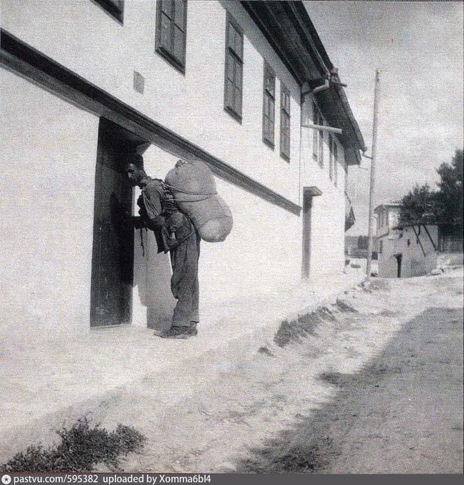 Носильщик на улице Бахчисарая. 1916. Автор Боданинский Усеин Абдрефиевич (668x700, 652Kb)