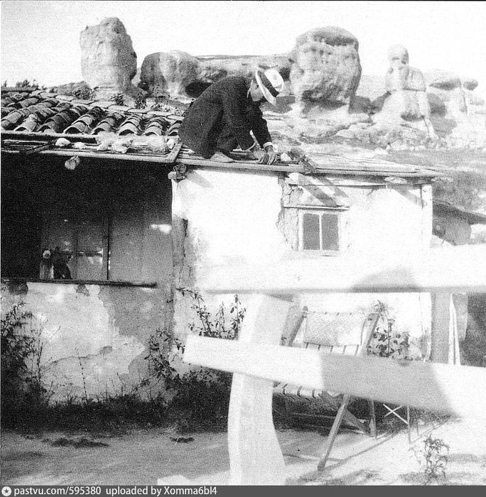 Бахчисарай. Скала Сфинксы. 1916. Где это Усеин Боданинский на крыше жилого дома на фоне скал в приходе Кала-асты (684x700, 357Kb)