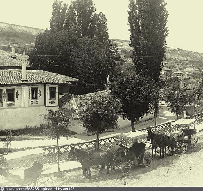 Бахчисарай. У ханского дворца. 1920 - 1924 2 (700x658, 452Kb)