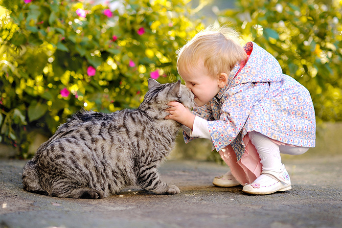 2714816_Cats_Two_Little_girls_511960 (700x466, 224Kb)