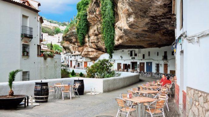 2.. Сетениль-де-лас-Бодегас, «город в скале», Испания (688x387, 275Kb)