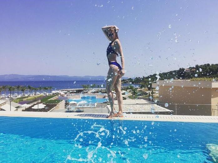 Светлана Ходченкова поделилась пикантными фото с отдыха в Греции