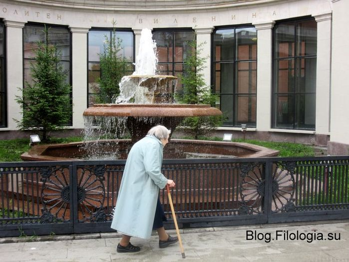 Идущая старушка с палкой на фоне фонтана у станции метро Сокол в Москве/3241858_altefrau (700x525, 79Kb)