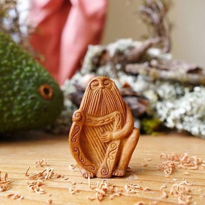 Художник вырезает из косточек «каменные лица авокадо»