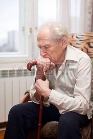 13200219-triste-vieil-homme-solitaire-assis-dans-un-fauteuil-avec-sa-canne (300x450, 76Kb)