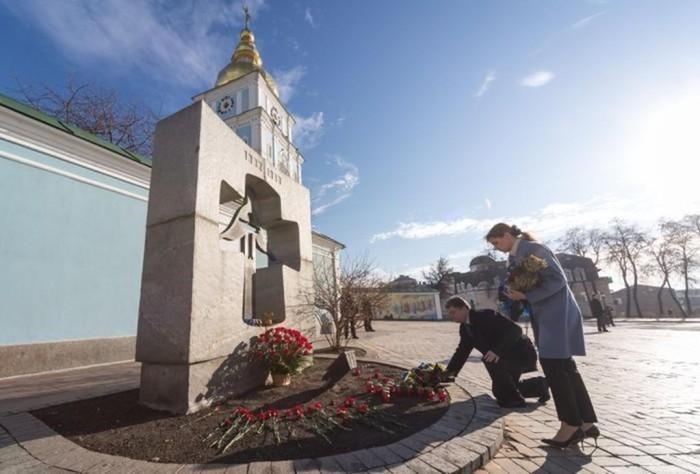 Квіти біля Пам'ятного знаку Голодомору
