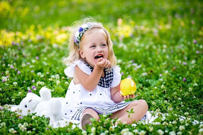 Apples_Little_girls_Grass_Smile_517988_1280x854 (700x467, 218Kb)
