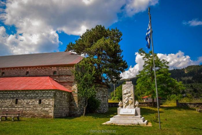 церковь с сосной на крыше Самарина греция 1 (700x466, 369Kb)