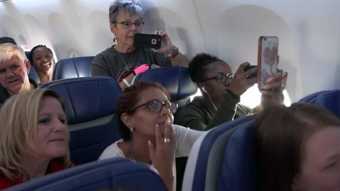 Застуканная за сексом в самолете пара отказалась останавливаться