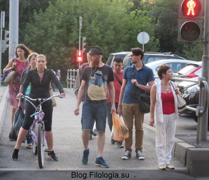 У светофора: люди, ждущие зеленый свет.