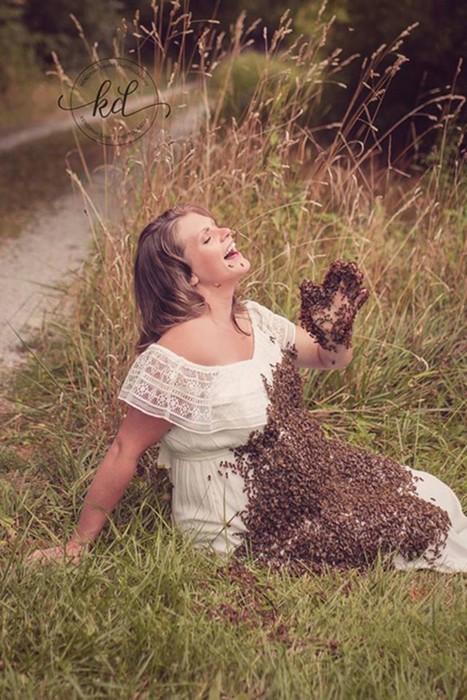 Фотосессия беременной женщины с роем пчел