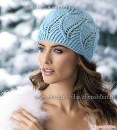 Голубая вязаная шапочка