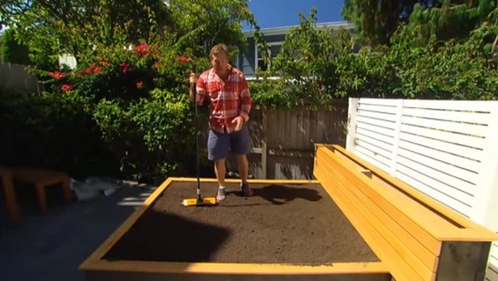 Зачем мужчина строит кровать посреди двора?