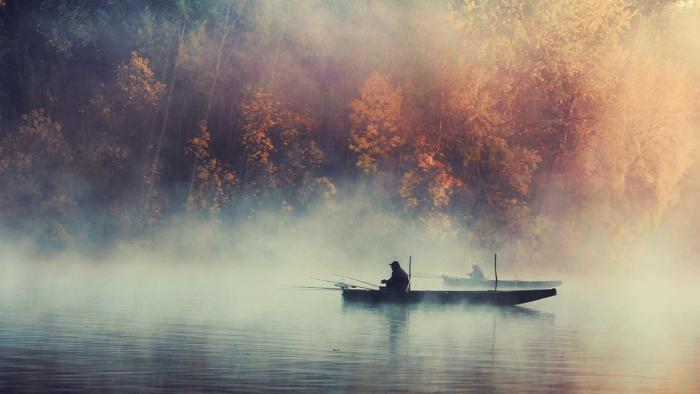 Почему на озерах лежит туман?