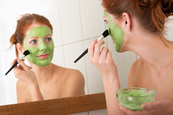 woman-putting-on-green-face-mask-home_afdh51 (600x399, 196Kb)