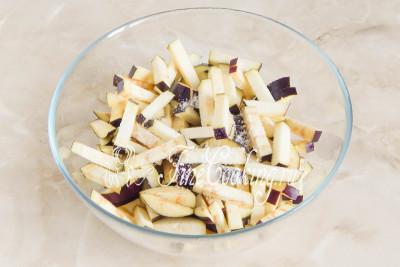 Складываем овощные брусочки в подходящую миску и посыпаем половиной чайной ложки соли/5177462_salatsbaklazhanamiyaicomimarinovannymlukom59bccd948c093 (400x267, 32Kb)