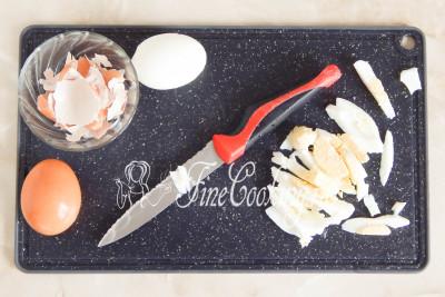 Когда куриные яйца будут готовы (а они уже были готовы, пока мы занимались луком и баклажанами), ставим их прямо в кастрюльке под холодную проточную воду минут на 5/5177462_salatsbaklazhanamiyaicomimarinovannymlukom59bccd948e282 (400x267, 43Kb)