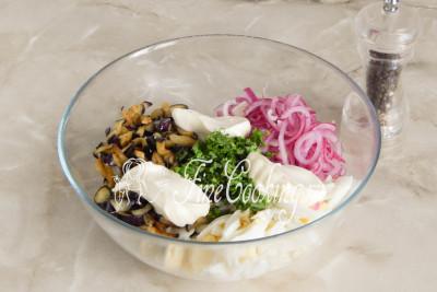 Перчим салат по вкусу и заправляем майонезом - на такое количество вполне хватит 3 столовых ложек/5177462_salatsbaklazhanamiyaicomimarinovannymlukom59bccd948ec14 (400x267, 32Kb)