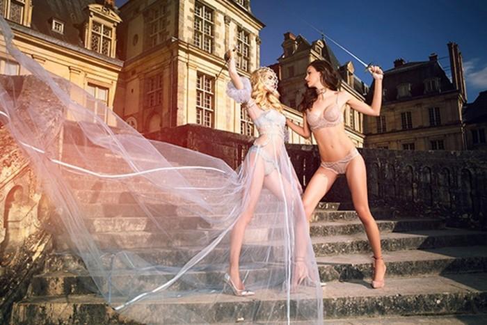 Полуголые модели занялись фехтованием во французском замке