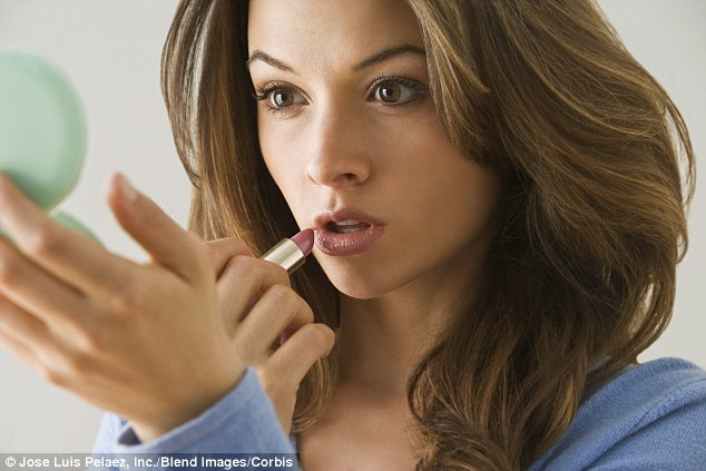 6215351_1409776617173_wps_33_A_woman_applying_lipstick (634x423, 57Kb)