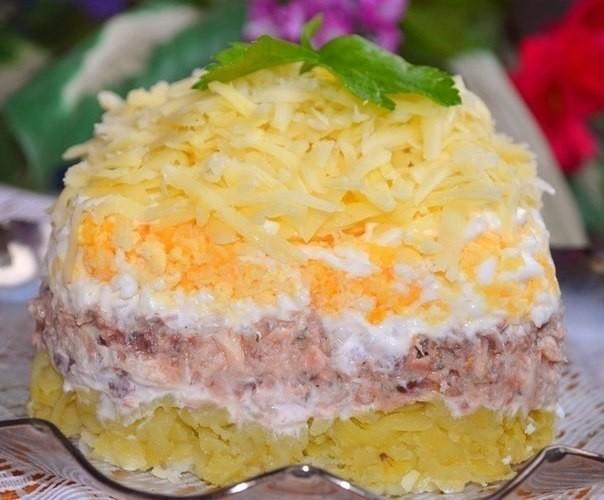 Слоеный салат с консервированной рыбкой