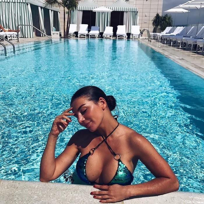 Пышная грудь Анны Седоковой рвется наружу из модного купальника
