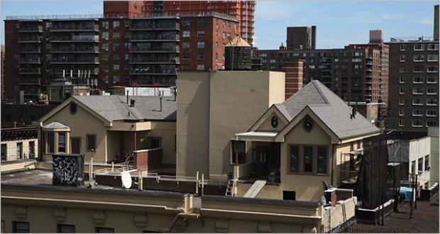 2.  маленьких дома на крыше старого здания на Бродвее, Нью-Йорк (620x330, 174Kb)
