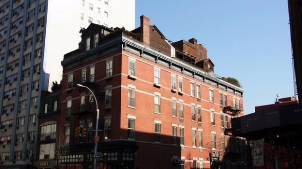 5. Дом на крыше здания из красного кирпича, Нью-Йорк (620x348, 177Kb)